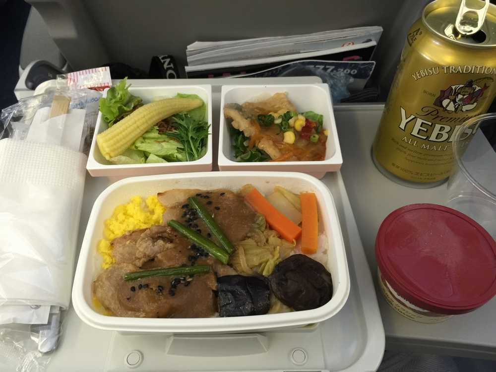 JAL81便のエコノミークラスの機内食画像