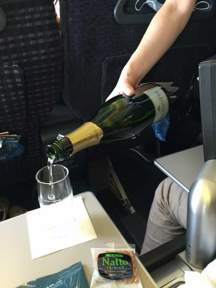 JAL876ビジネスクラスのシャンパン画像