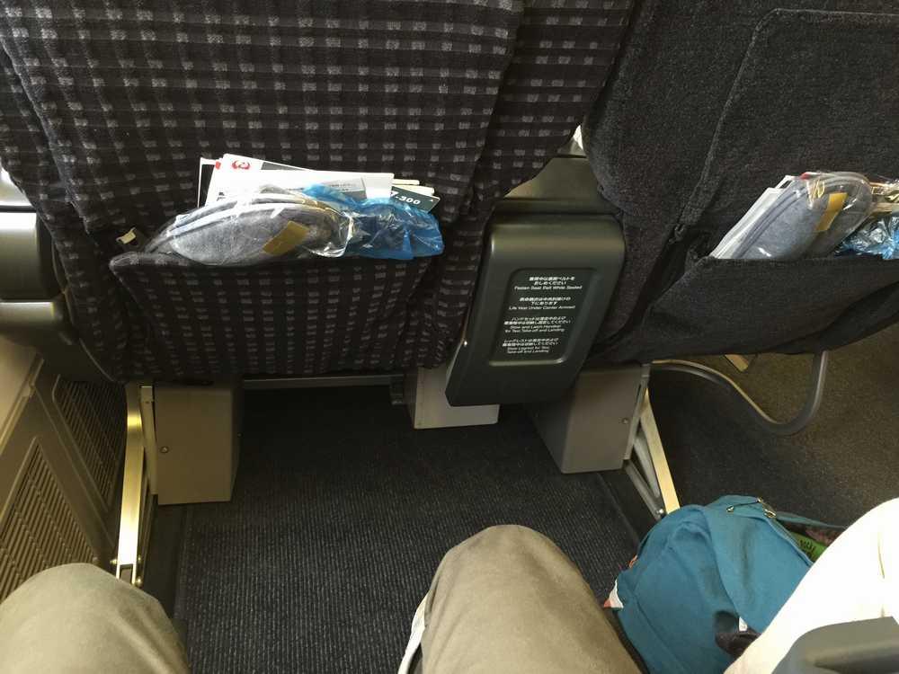 JAL876ビジネスクラスのシートピッチ画像
