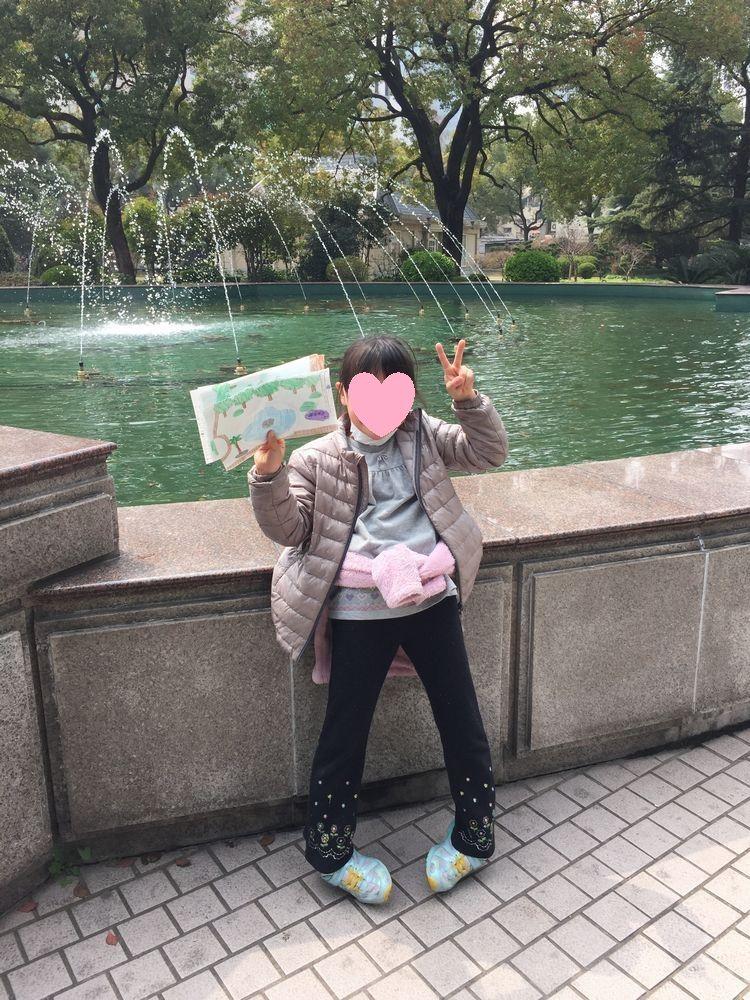 オークラガーデンホテル上海の庭園で上機嫌な娘画像