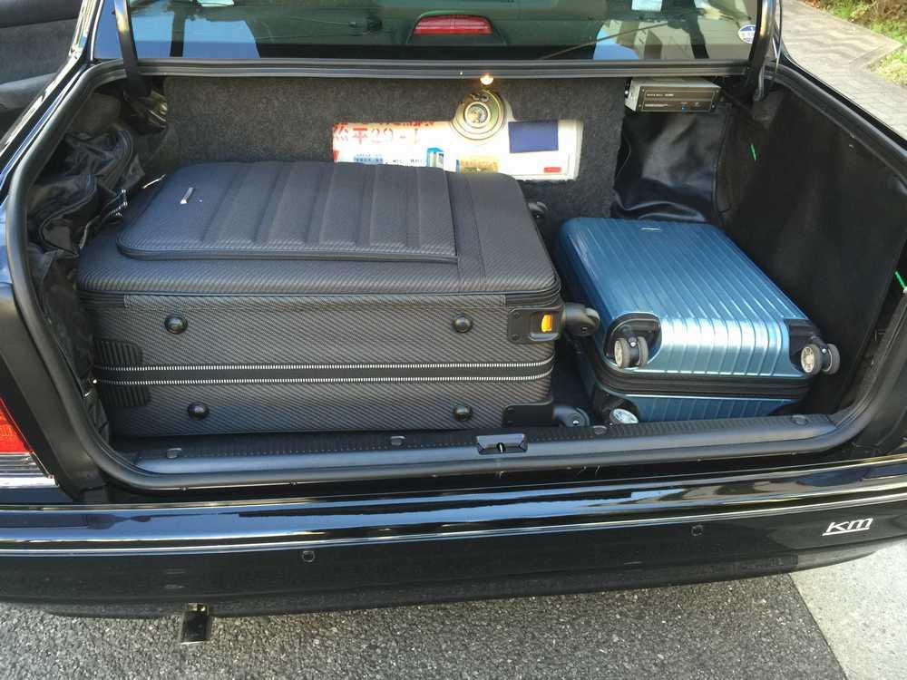 kmタクシーのトランク内のスーツケース画像